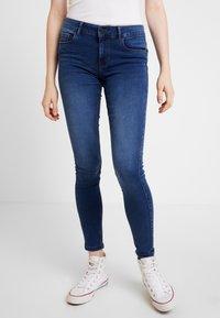 Vero Moda - VMSEVEN SHAPE UP - Jeans Skinny Fit - medium blue denim - 0