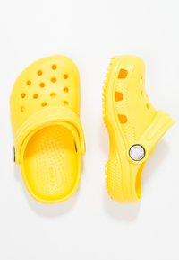 Crocs - CLASSIC UNISEX - Pool slides - lemon - 1