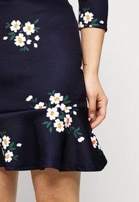 True Violet Petite - MINI DRESS WITH FRILL HEM - Denní šaty - navy floral - 5