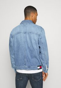 Tommy Jeans - OVERSIZE TRUCKER  - Denim jacket - light blue denim - 2