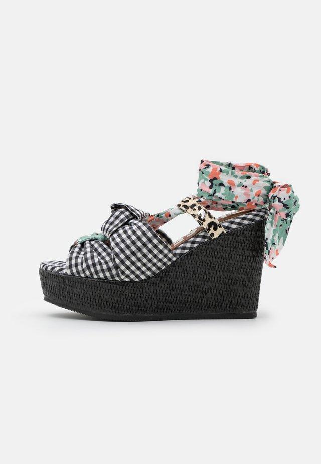 Sandaler med høye hæler - multicolor