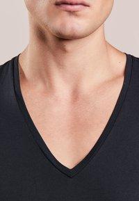 DRYKORN - QUENTIN - T-shirt - bas - black - 3