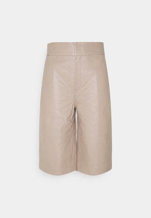 CHARLEE - Shorts - sandstone