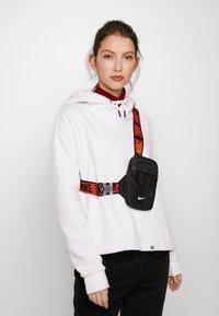 Nike Sportswear - ADVANCE - Bandolera - black/white - 5