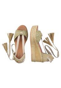 Priscila Welter - Sandalen met sleehak - beige - 3