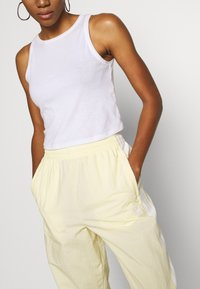 adidas Originals - LOCK UP ADICOLOR NYLON TRACK PANTS - Joggebukse - easy yellow/white - 3
