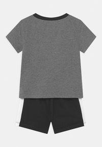 Nike Sportswear - TIDE POOL SET - Triko spotiskem - black - 1