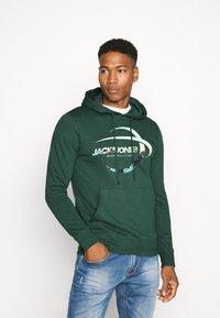 Jack & Jones - JORSCALING HOOD - Hoodie - green - 0