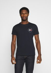 Tommy Hilfiger - CIRCLE CHEST TEE - T-shirt con stampa - desert sky - 0