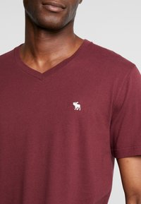 Abercrombie & Fitch - FALL FRINGE VEE 3 PACK - Basic T-shirt - grey/burgundy/white - 4