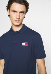 Tommy Jeans - BADGE - Polo shirt - twilight navy - 3