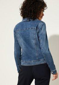 comma casual identity - MIT ABNEHMBARER KAPUZE - Denim jacket - blue - 2