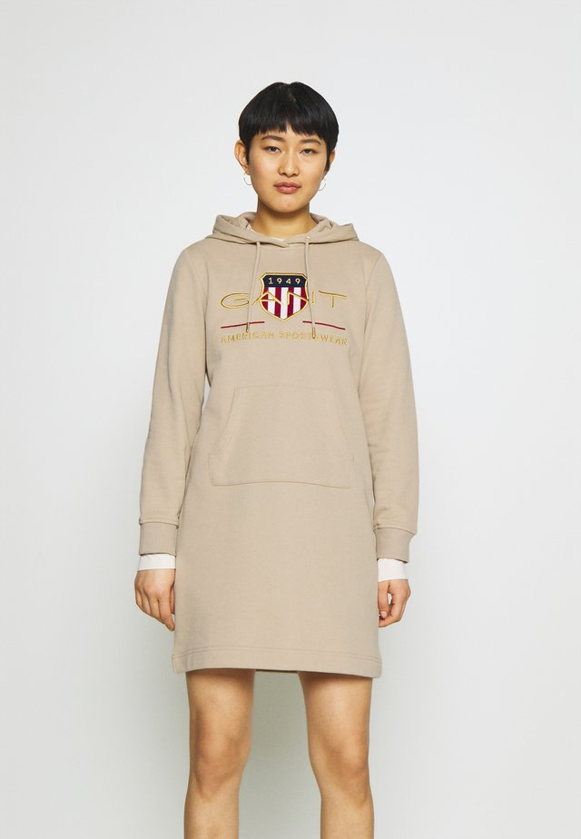 ARCHIVE SHIELD HOODIE DRESS - Vapaa-ajan mekko - dry sand