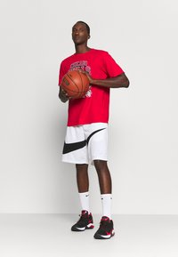Outerstuff - NBA CHICAGO BULLS SPACE JAM 2 TUNES ON COURT TEE - T-shirt con stampa - red - 3