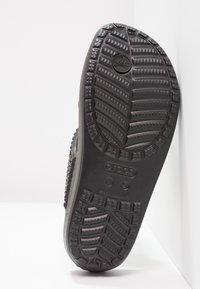 Crocs - SLOANE EMBELLISHED FLIP - Tongs - black - 4