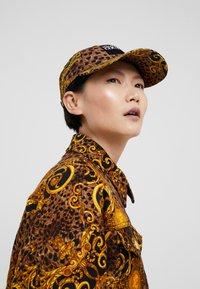Versace Jeans Couture - MID VISOR LABEL - Caps - black - 4