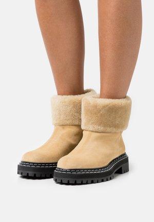 LUG SOLE BOOTS - Zimní obuv - beige