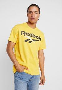 Reebok Classic - VECTOR TEE PRINT - Print T-shirt - toxic yellow - 0