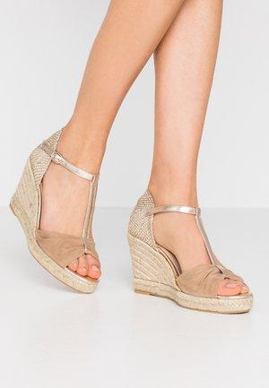 LOTIS - Sandály na vysokém podpatku - sable/or