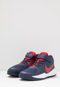 Nike Performance - TEAM HUSTLE D 9 FLYEASE - Basketbalové boty - midnight navy/university red/white - 3