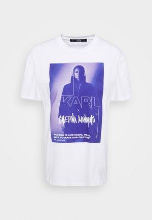 CHELINA MANUHUTU  - Print T-shirt - white