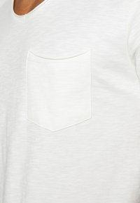 Jack & Jones - JORAUTUMN ORGANIC TEE VNECK - Basic T-shirt - cloud dancer - 5