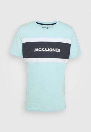 SHAKE TEE CREW NECK - T-shirt z nadrukiem - bleached aqua