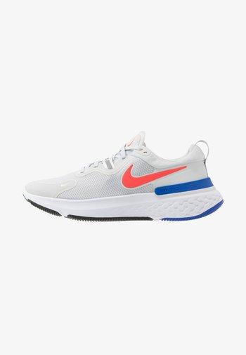 REACT MILER - Zapatillas de running neutras - pure platinum/racer blue/bright crimson