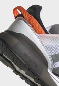 adidas Originals - ZX 2K BOOST PURE - Tenisky - ftwr white grey three orange - 7