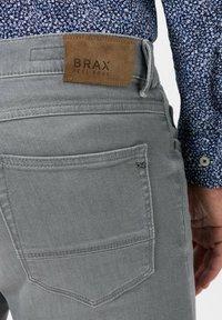 BRAX - STYLE CHRIS - Slim fit jeans - luminous grey used - 4