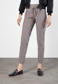 "MAC Jeans - DAMEN JOGPANTS ""EASY ACTIVE"" SLIM FIT - Tracksuit bottoms - taupe - 0"