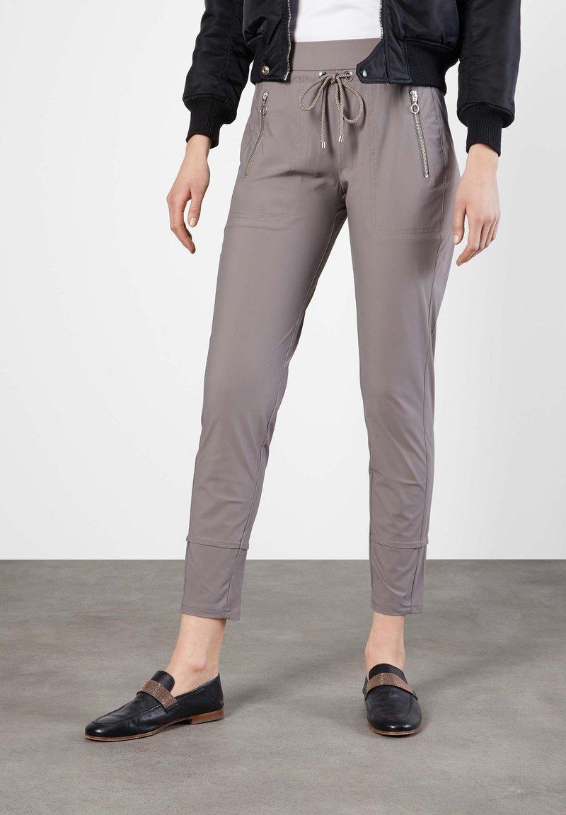 "MAC Jeans - DAMEN JOGPANTS ""EASY ACTIVE"" SLIM FIT - Tracksuit bottoms - taupe"