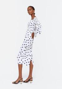 Uterqüe - MIT TUPFEN  - Shift dress - white - 1