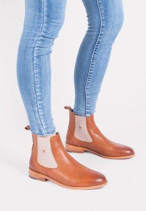 SUVI MIT STREIFEN UND KLEINEM HERZCHEN - Ankle boots - cognac