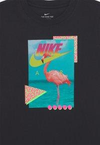 Nike Sportswear - BEACH FLAMINGO PHOTO  - T-shirt z nadrukiem - black - 2