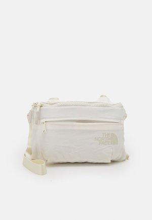 NEVER STOP LUMBAR UNISEX - Bæltetasker - gardenia white/vintage white