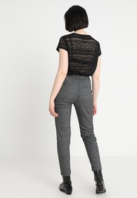 ONLY - ONLPOPTRASH SOFT CHECK PANT - Pantaloni - black/cloud dancer - 3
