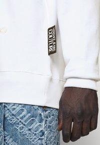 Versace Jeans Couture - FELPA - Sweat à capuche - white - 7