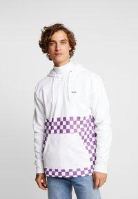 Vans - VERSA HOODIE - Bluza z kapturem - white/dewberry - 0