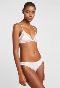 Calvin Klein Underwear - FLIRTY BRAZILIAN - Braguitas - nymphs thigh - 1