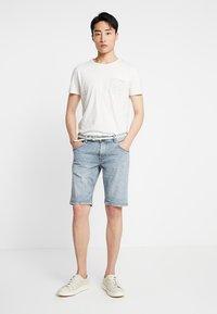 TOM TAILOR DENIM - REGULAR WITH BELT - Denim shorts - blue ecru/white - 1