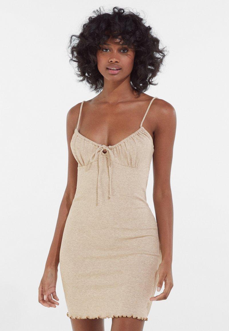 Bershka - Pouzdrové šaty - camel