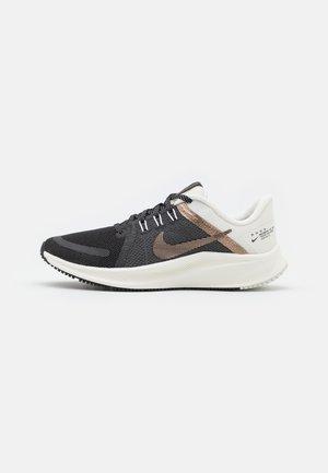 QUEST 4 PRM - Neutrální běžecké boty - black/metallic coppercoin/sail
