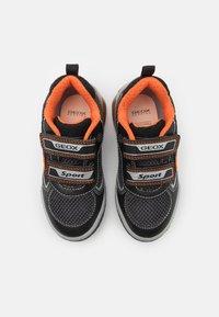 Geox - INEK BOY - Tenisky - black/orange - 3