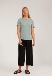 ARMEDANGELS - MARAA LITTLE LEAF - Print T-shirt - eucalyptus green - 1
