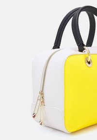Tommy Hilfiger - ESSENCE DUFFLE - Handbag - yellow - 3