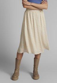 Nümph - NUCOURTNEY SKIRT - Pleated skirt - brazillian sand - 0