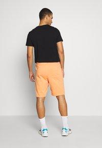 Nike Sportswear - CLUB - Shorts - orange trance/white - 2