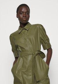 TWINSET - ABITO CHEMISIER SPALMATO CON CINTURA - Shirt dress - verde alpino - 3