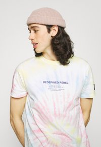 Redefined Rebel - FINN TEE - Print T-shirt - sun spring - 3